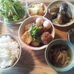 越南食卓 - 肉団子とウズラの卵の煮ものランチ1,200円