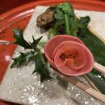 150888041 - 椿に見たてたなます。愛らしいピンク色が摘草料理に映えます。