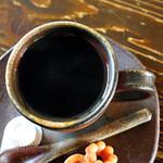 赤い屋根の喫茶店 駅舎 - 美しく黒い珈琲。