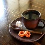 赤い屋根の喫茶店 駅舎 - ステキな珈琲カップの「太宰ブレンド」。