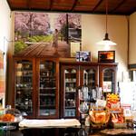 赤い屋根の喫茶店 駅舎 - ケーキやドーナツも売られています。