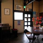 赤い屋根の喫茶店 駅舎 - 店内は落ち着いた雰囲気。