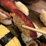 Azumazushishinten - かなり小ぶりなにぎり。鮪に鰹は赤酢。