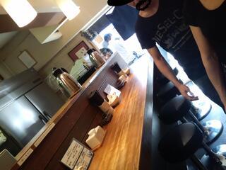 麺屋吉左右 - 店内はカウンターのみの構成。二人で営業してるので気を遣おう。