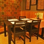丸西商店 - 職人の動きを目で楽しみながらお料理を頂けるテーブル席もございます。