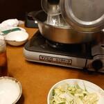 上海 四馬路 - しゃぶしゃぶのスープを入れてる
