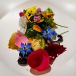 150971812 - 2021.5 Sugi畑をお皿に乗せて(食べられる薔薇、高菜のビーツ発酵ジュース漬け、黒豆のマリネなど)