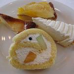 ドーヴェチェラフォンテ - グレープフルーツタルト (上) 洋梨のタルト(左) チーズケーキ(右) フルーツロール(下)