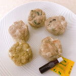 シャオマイ - 料理写真:焼売5種を各一個ずつに取り分けた所 プレーン、しそ、しいたけ、カレー、海老