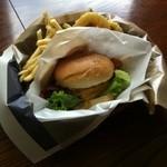 ココナッツ - アメリカンサイズのベーコンチーズハンバーガーは、どこにもない150gのパテでボリューム満点!!