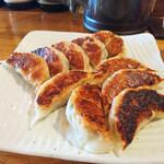桜山餃子工房 - 料理写真:桜山餃子(奥)とがっつり餃子