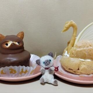 くるみや - 料理写真:たぬきケーキとスワン生シュー