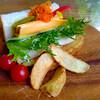 コーヒーハウス ユーコン - 料理写真:彩り野菜とハム・チーズ ロイヤルサンド
