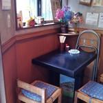 立ち食い うどん そば 味彩 - 椅子の座布団が青になりました。2012.09.15。