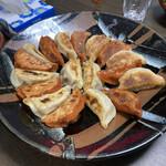 151067073 - 辛子餃子とノーマル餃子のツートン焼き
