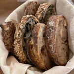 151078308 - パンは3種6切れでした