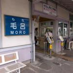 Taikaiken - 駅前に埼玉医大の近代的なビルが立ち並んでいるのに「ひなびた田舎の駅」っぽい感じ。