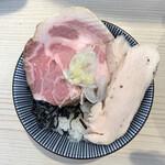 長男、もんたいちお - 豚野郎ライス(自作)は豚と鶏のダブルチャーシュー。複数の肉の実装はもはやオールドスクール的(フラットBS900程度)な技で、華やかさに欠けた。4年後に期待(生きていれば)