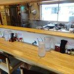 竹田の中華そば こっとん - カウンターと4人掛けのテーブルが3つ
