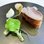151124639 - 肉料理:花悠(かしゅう)仔豚のロースト 塩と根セロリのピューレ、コシアブラの揚げと玉ねぎの焼き