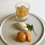 151124666 - デザート:ビワのコンポートとジャスミンティーのプリン、フレッシュのビワと蜂蜜のアイスクリーム