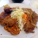 レストラン ベア - 生野菜の両側にチキンカツと豚の生姜焼き、そしてナポリタンが添えられている