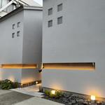 151142496 - モダンな外観は中央の小道が入口です。右の棟は和菓子屋さん。