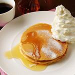 クアアイナ - 山盛りのホイップケーキにメープルシロップをたっぷりかけて召し上がれ♪
