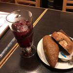ドイツ居酒屋 JSレネップ - ドイツパン ぶどうジュース