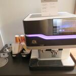 151153458 - コーヒーマシンが設置されています。