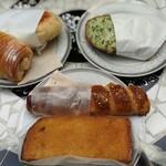 151166248 - 時計回りで緑のクロックムッシュ、ソーセージクロワッサン、ハニートースト、チョコレートクロワッサン、ハムとチーズのホットサンド