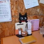 カフェ ピノ - テーブルには可愛い黒猫
