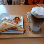 カフェ ピノ - アイスオーレとホットサンドのモーニング