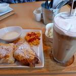 カフェ ピノ - アイスアーモンドオーレ、フレンチトーストのモーニング