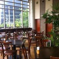 湾岸食堂 - 天井が高く開放的な店内です。