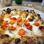 400℃ PIZZA - マルゲリータはモッツァレラにフレッシュトマト。