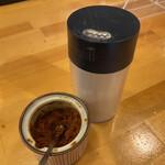 くまねこ食堂 - カレーラーメンの薬味に、辛にんにく&コショウ