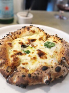 400℃ PIZZA - FNTというピザ。お店イチ押し。まろやかなブルーチーズたっぷり。蜂蜜をかければデザートピザに。