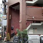 151173959 - アメ村のこんな雑居ビルの2階です!とにかく大人気!並ぶの覚悟で〜( ˊᵕˋ ;)