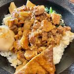 台湾食堂 ルーローハン - 料理写真:ルーローハン@850円   八角が優しく香って万人受けする感じですね!こちらのお店では菜葉、メンマ、厚揚げ、煮卵がトッピングされ、飽きさせません。いゃあ美味しい♪