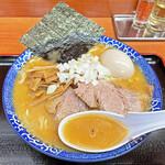 肉煮干中華そば 鈴木ラーメン店 - パンチのある赤味噌にラードのコクと煮干しの効いたスープ