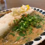 辛口飯屋 森元 - 右側がホタテグリーンカレー。ココナッツミルクのマイルドさとホタテの旨みが凝縮しています!美味しい♡