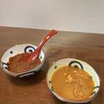 辛口飯屋 森元 - 日替りあいがけをオーダーすると、レギュラーカレー2種がサービスで付いてきます!左側の赤いビーフカレーが鬼激辛!!