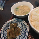 中国料理 吉珍樓 - 漬物とスープ。ライスはお代わりOK!
