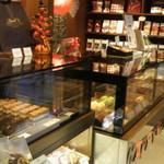 リンツ ショコラ カフェ - 店内のショーケース