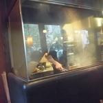 炭焼酒家本郷 - 調理場はガラス張り!