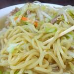 151212035 - この太麺が良いですね。藤岡市の「みや〇食堂」さんの太麺に近いかな?でも違いますね。こちらのお店でしか味わえない麺だと思いますよ。ボソボソ感はあまりなく、モチモチ感もそれほどでもない麺です。