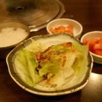 15122427 - ごはん、レタスサラダ、キムチ、カクテキ