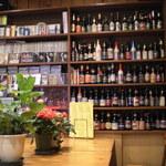 K. - 店内に並べられたビール