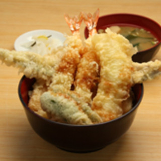 お客様の目の前で米油100%で揚げる熱々が自慢の天ぷらです
